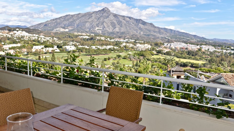 Nueva Andalucia, Lovely apartment with spectacular sea, mountain and golf views in Nueva Andalucía