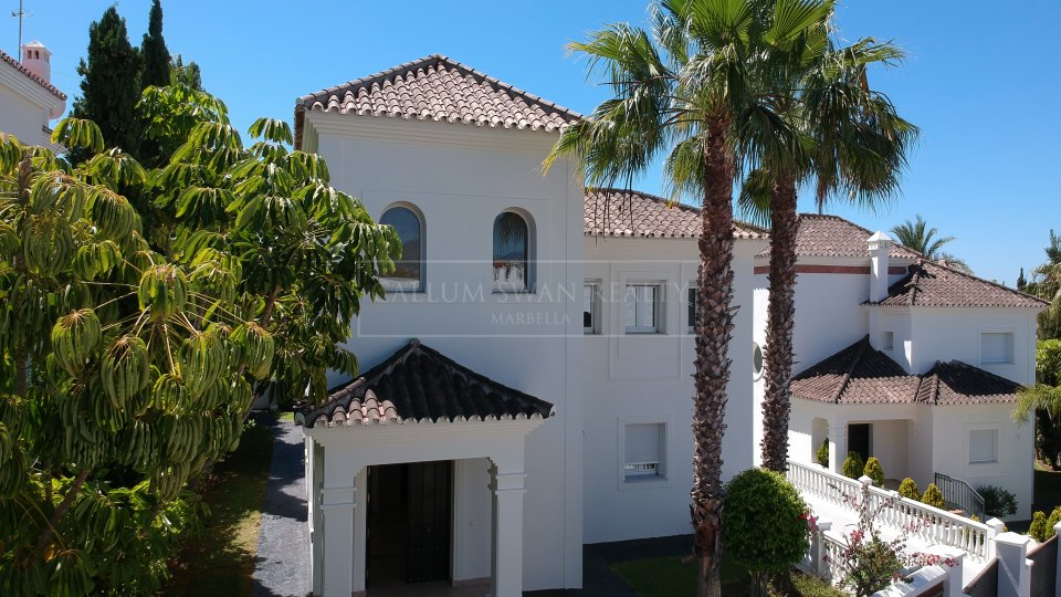 San Pedro de Alcantara, Stunning frontline Golf villa for sale in Guadalmina Alta