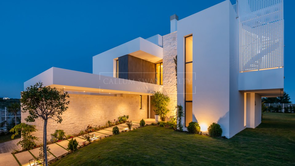 Estepona, Brand new gated development of contemporary villas with excellent sea views in Estepona
