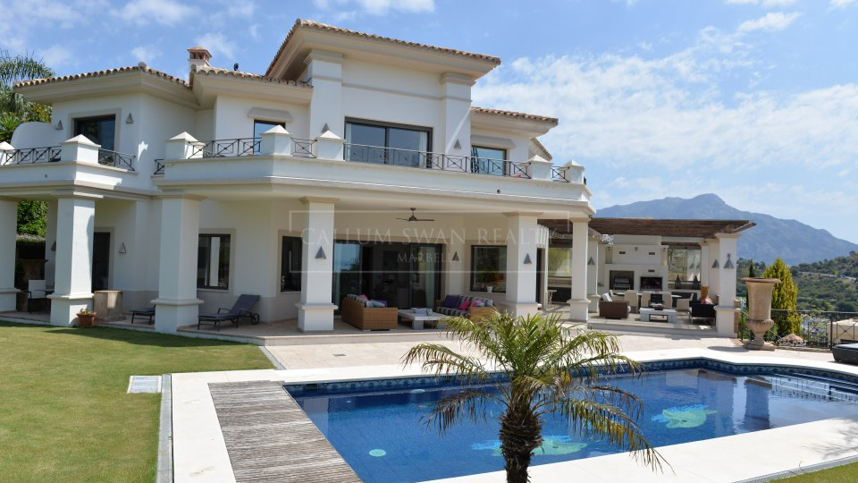 Benahavis, Frontline golf luxury villa in Los Arqueros with stunning views