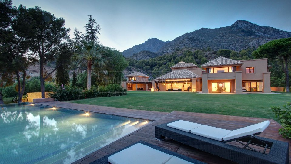 Marbella Golden Mile, Luxury stylish villa with sea views in Cascada de Camojan, Marbella