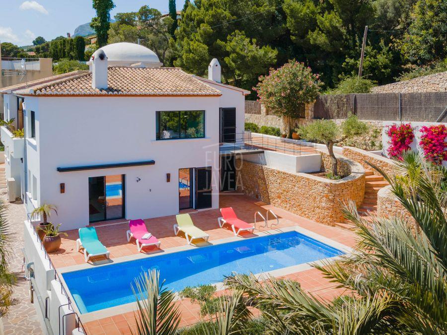 Villa en exclusiva a la venta en Jávea con magníficas vistas al mar andando al puerto