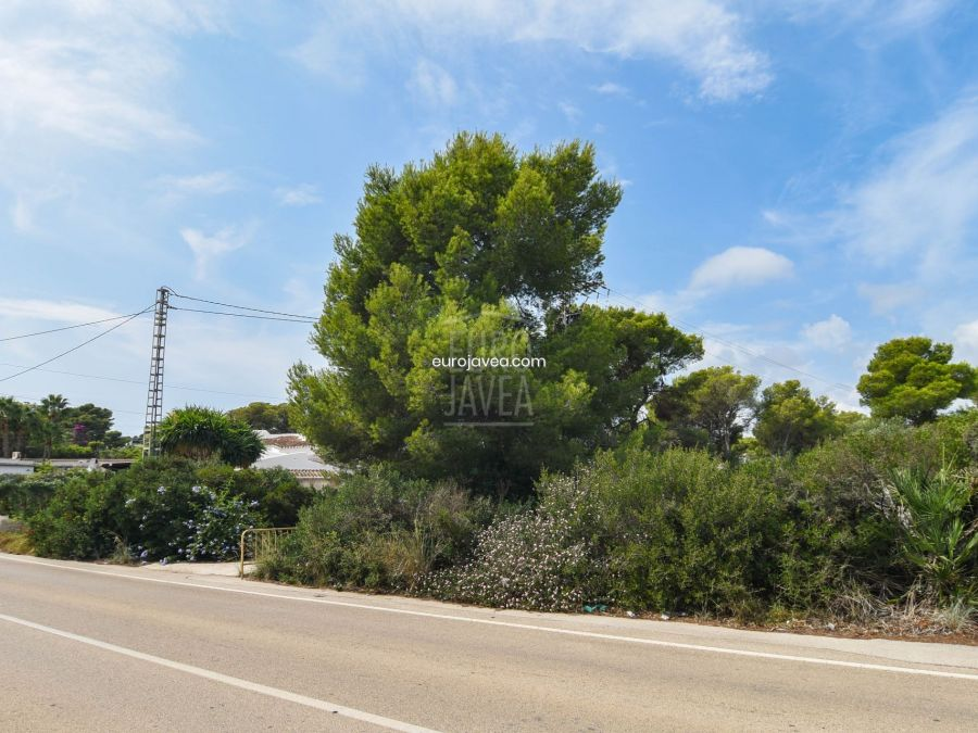 Flat plot for sale in Jávea, in urbanized area . South facing