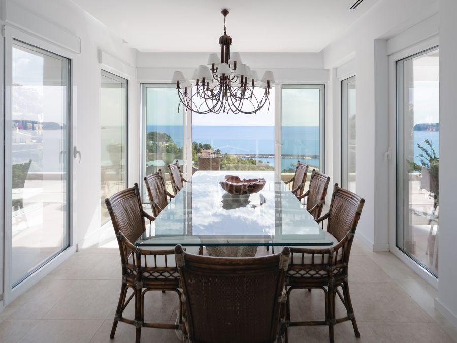 Lujosa villa a la venta en Jávea en la prestigiosa urbanización de La Corona , a un paso del Puerto .
