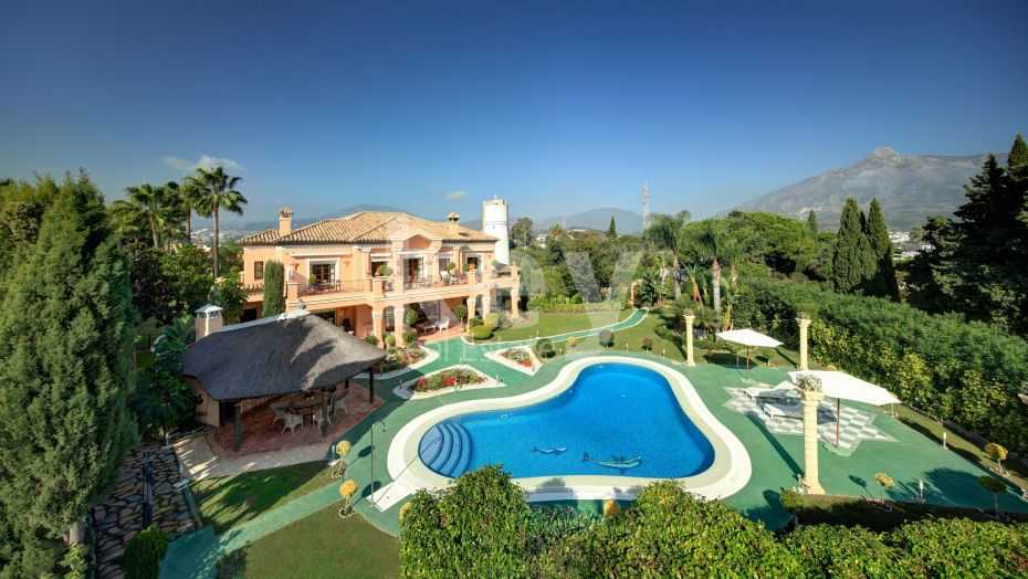 Elegant villa with sea views and walking distance to Puerto Banús in Nueva Andalucía, Marbella