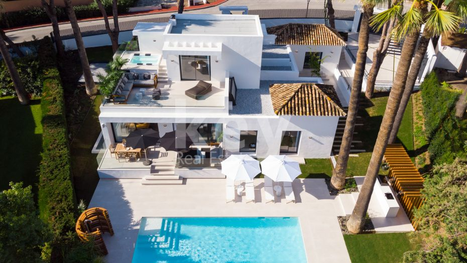 Villa for sale with a walking distance to the golf course in Nueva Andalucia, Marbella