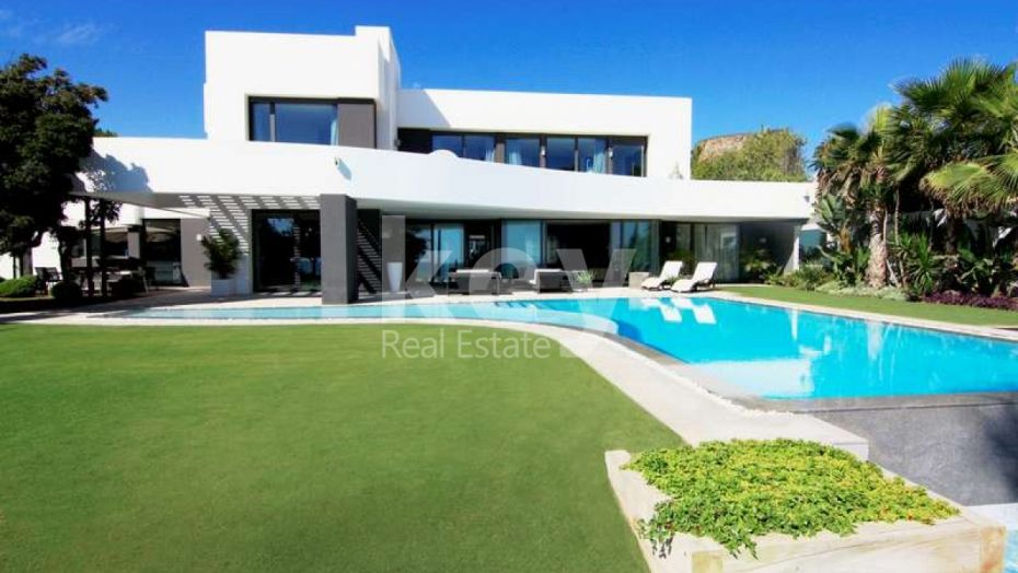 Villa California: modern firstline beach villa in Los Monteros, Marbella East