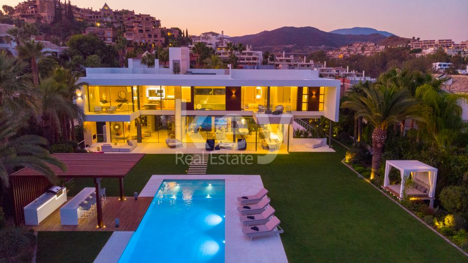 Modern sea views villa for sale in Cerquilla, Nueva Andalucia