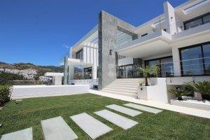 Villa Moderna en Comunidad Cerrada
