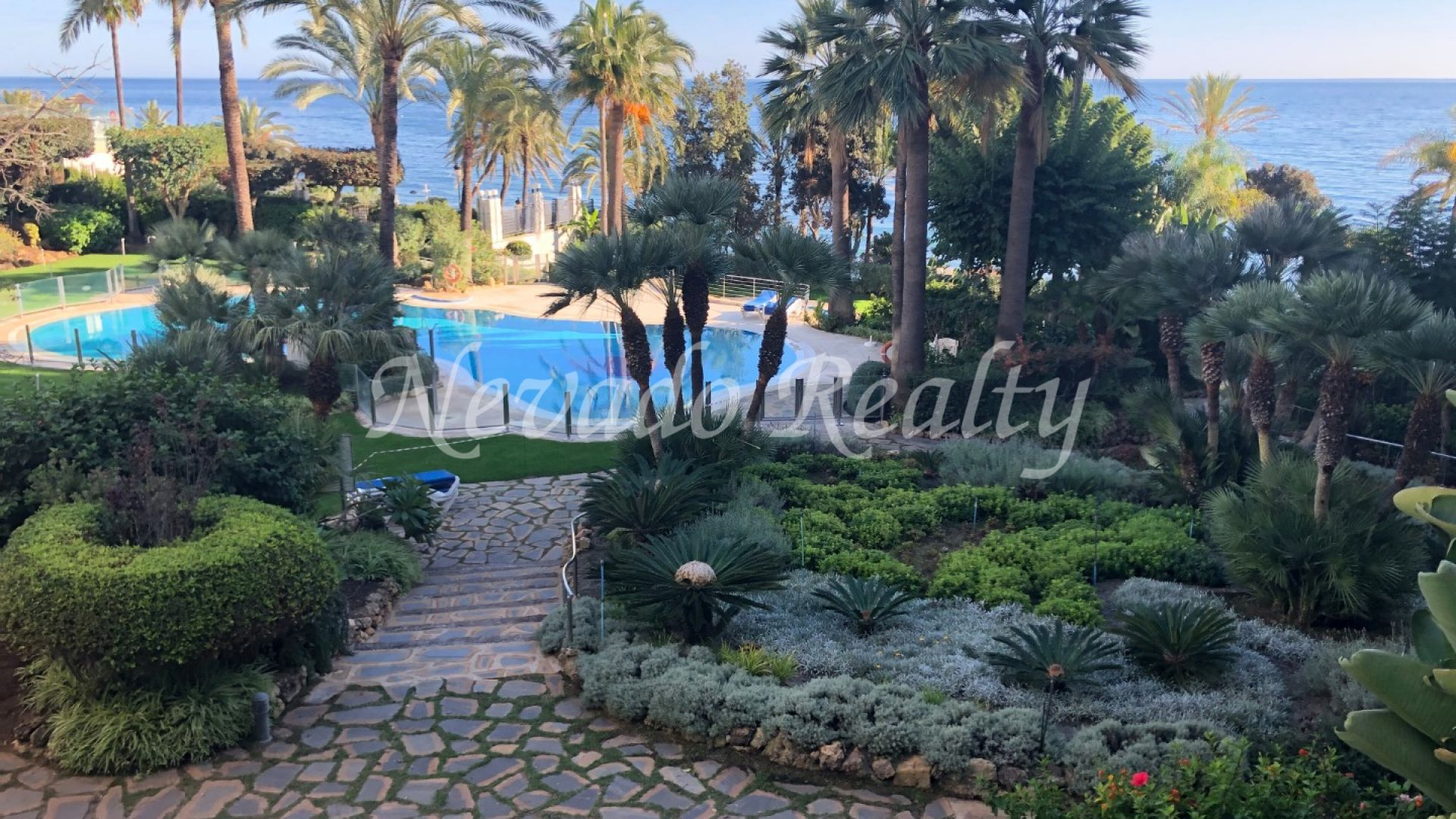 Nice apartment situated in the prestigious Gran Marbella development, in Marbella centre.