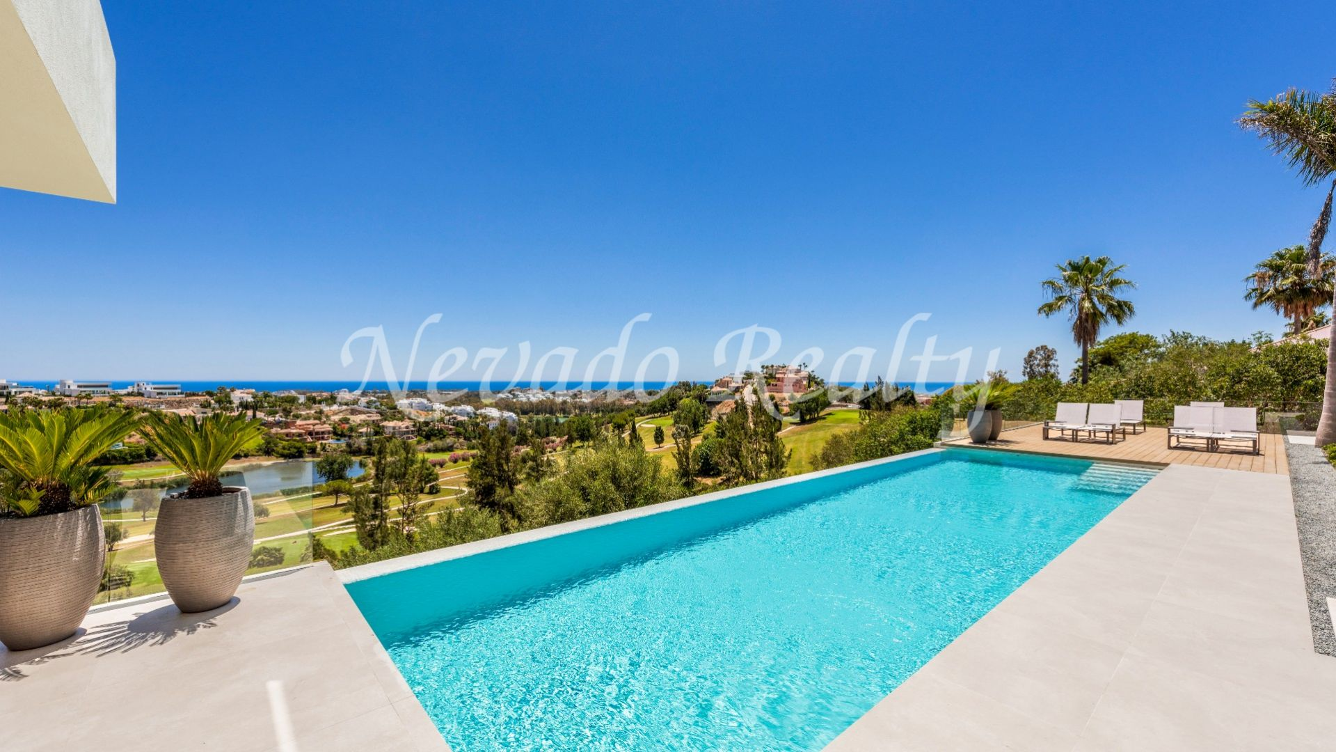 Villa for sale with views to the golf course and the sea in La Alquería