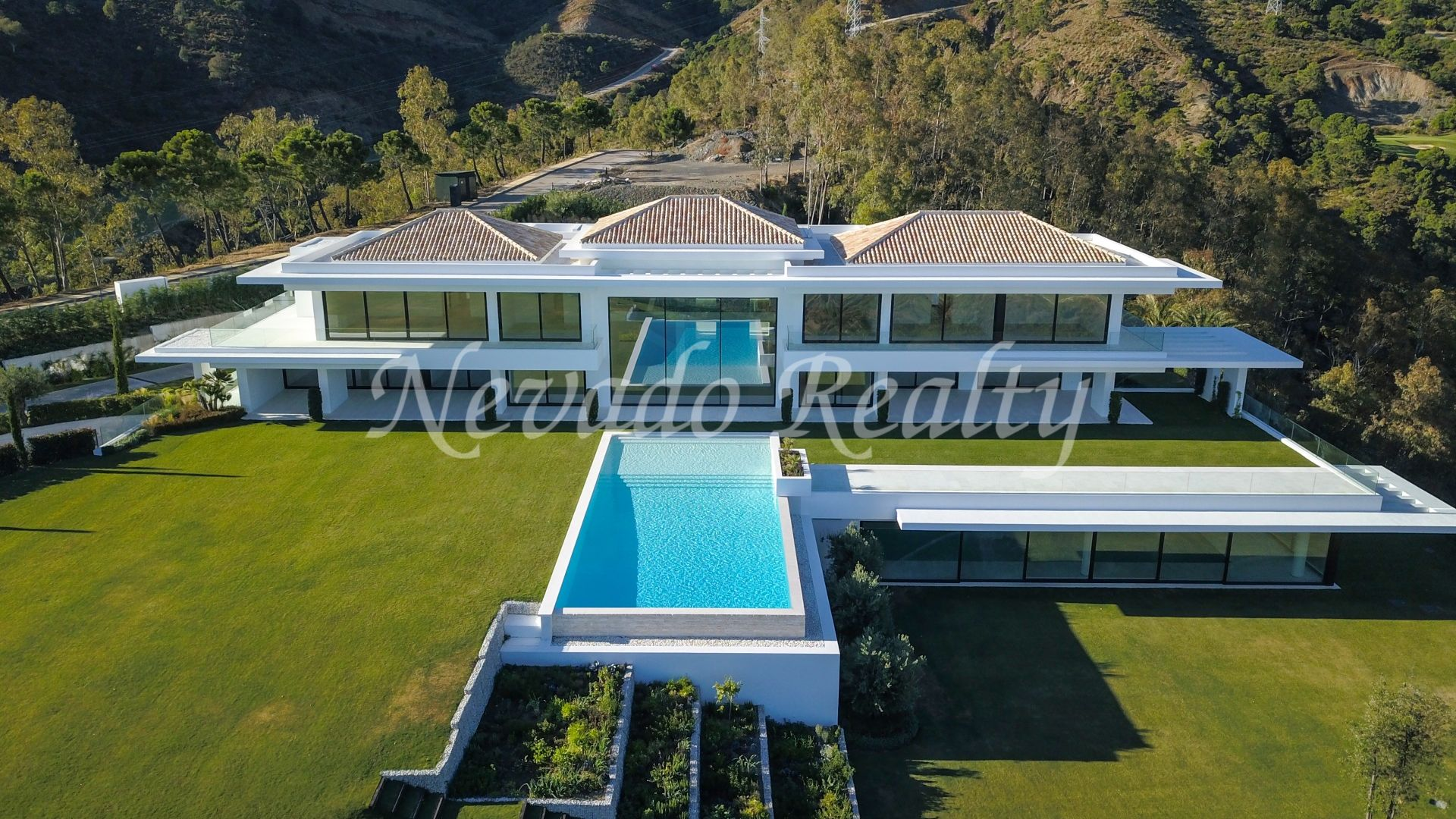 Villa for sale with spectacular views to the sea, golf and mountains
