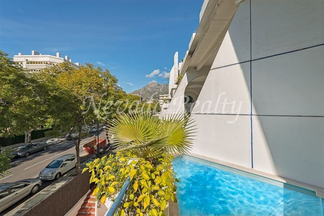 Beautiful duplex located in Marbella centre, in a second line beach complex, close to all amenities.