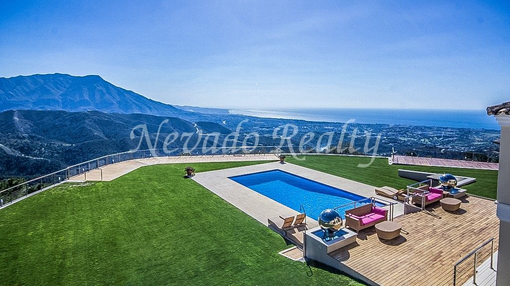 Villa for sale with stunning panoramic views of the sea and the mountains in La Zagaleta