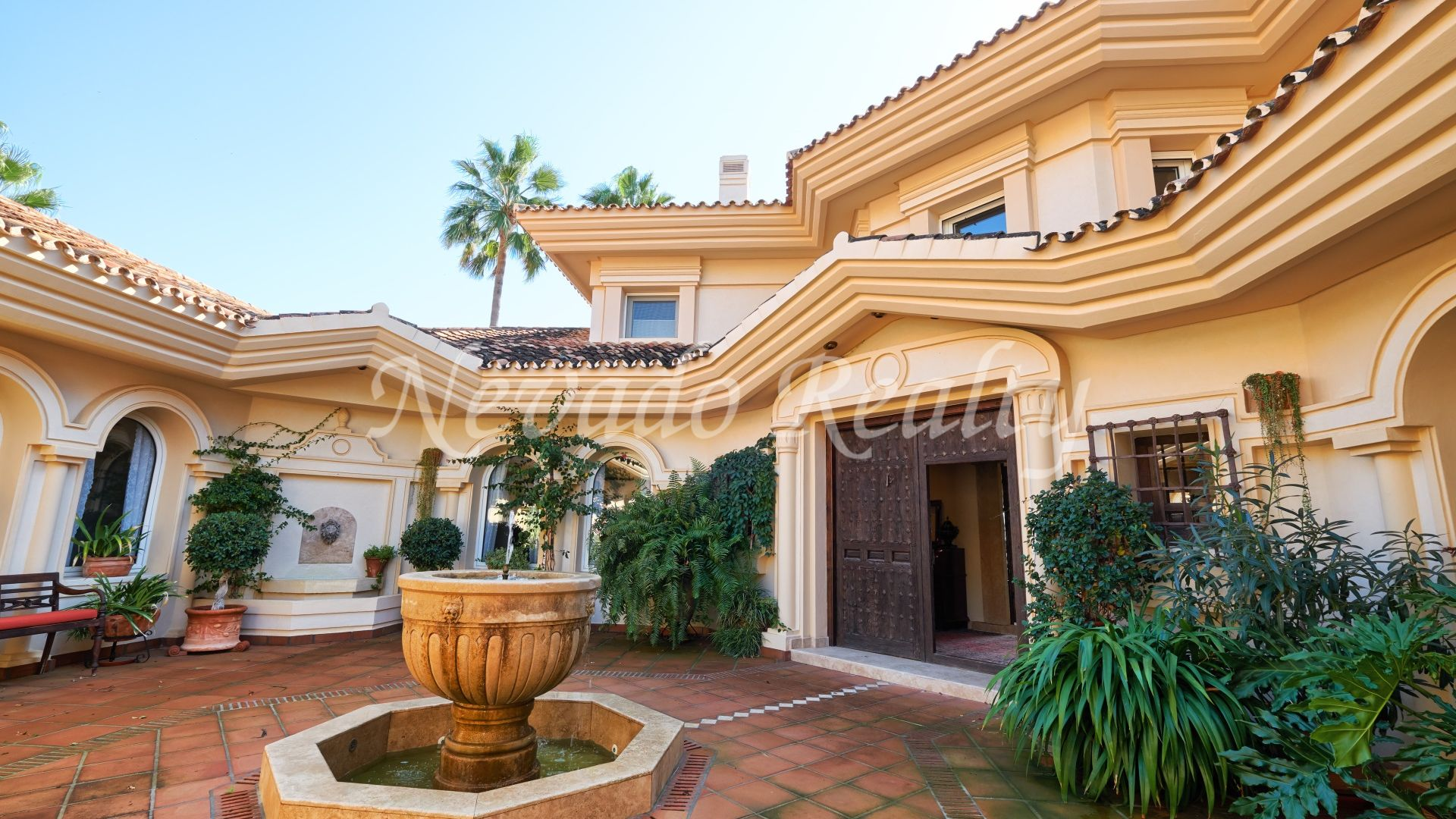 Andalusian style villa close to golf with spectacular open views to the sea and the mountains