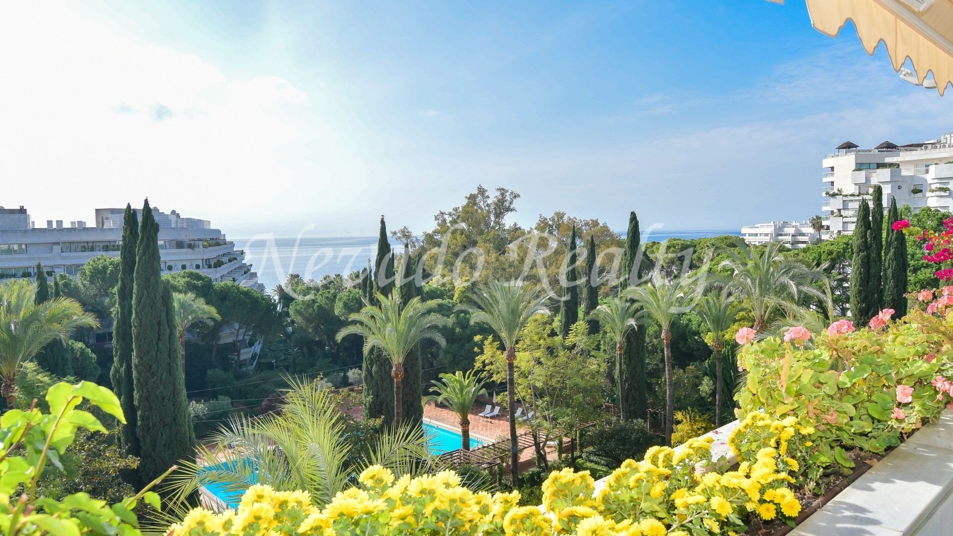 Fantastic apartment for sale with sea views in second line of the beach