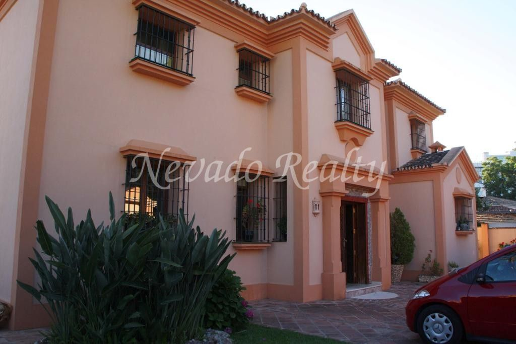 Villa for sale in Marbella located near the beach and the Swans International School