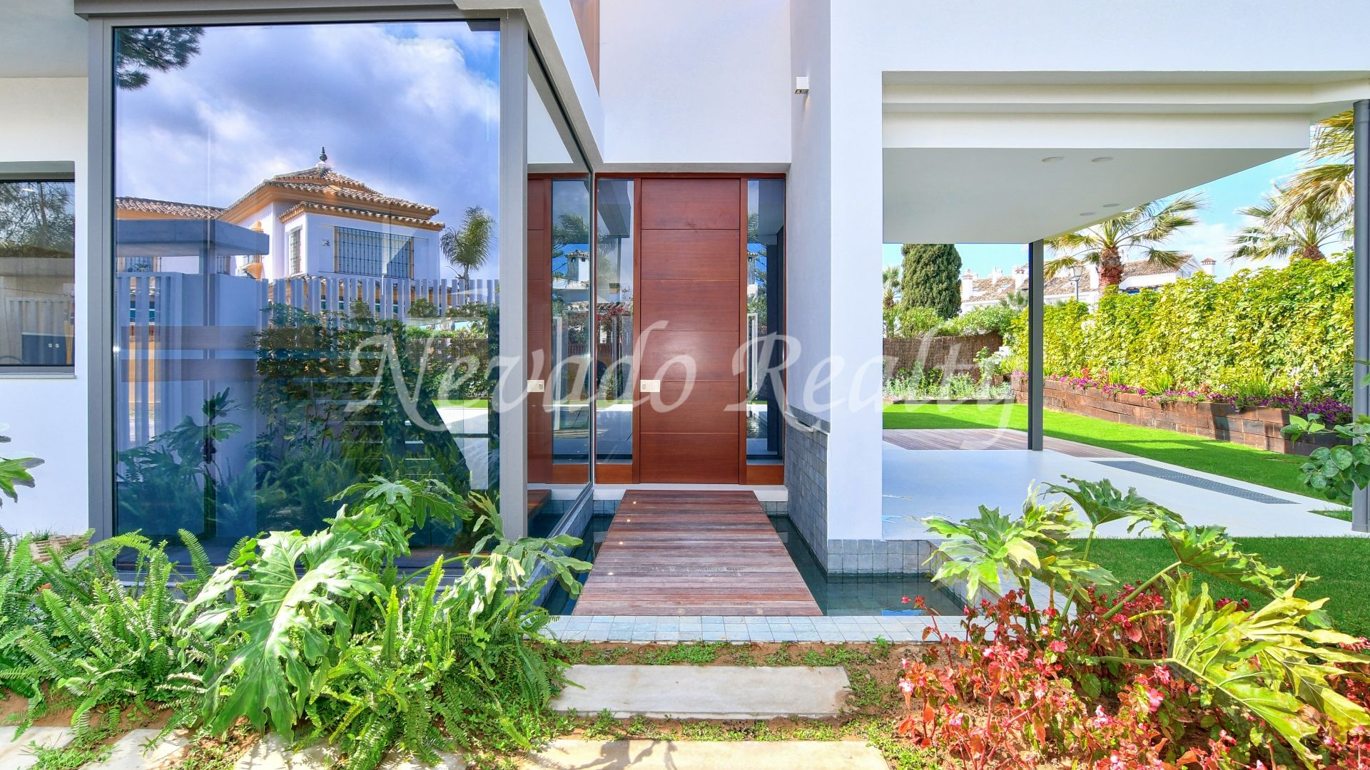 Fantastic brand new luxury modern villa just steps from the beach