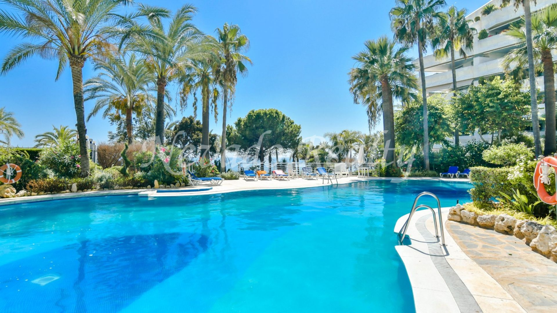 Apartment for sale in first line beach of Marbella in luxury building with 24 hours security