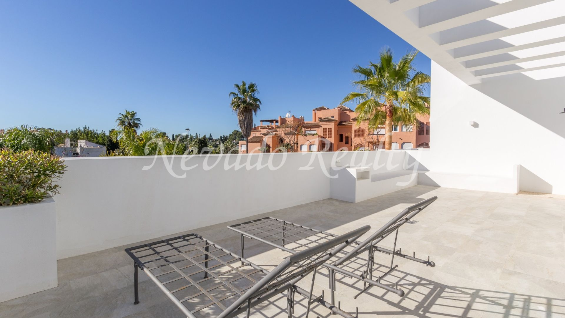Brand new contemporary villa within walking distance tothe beach in Casasola