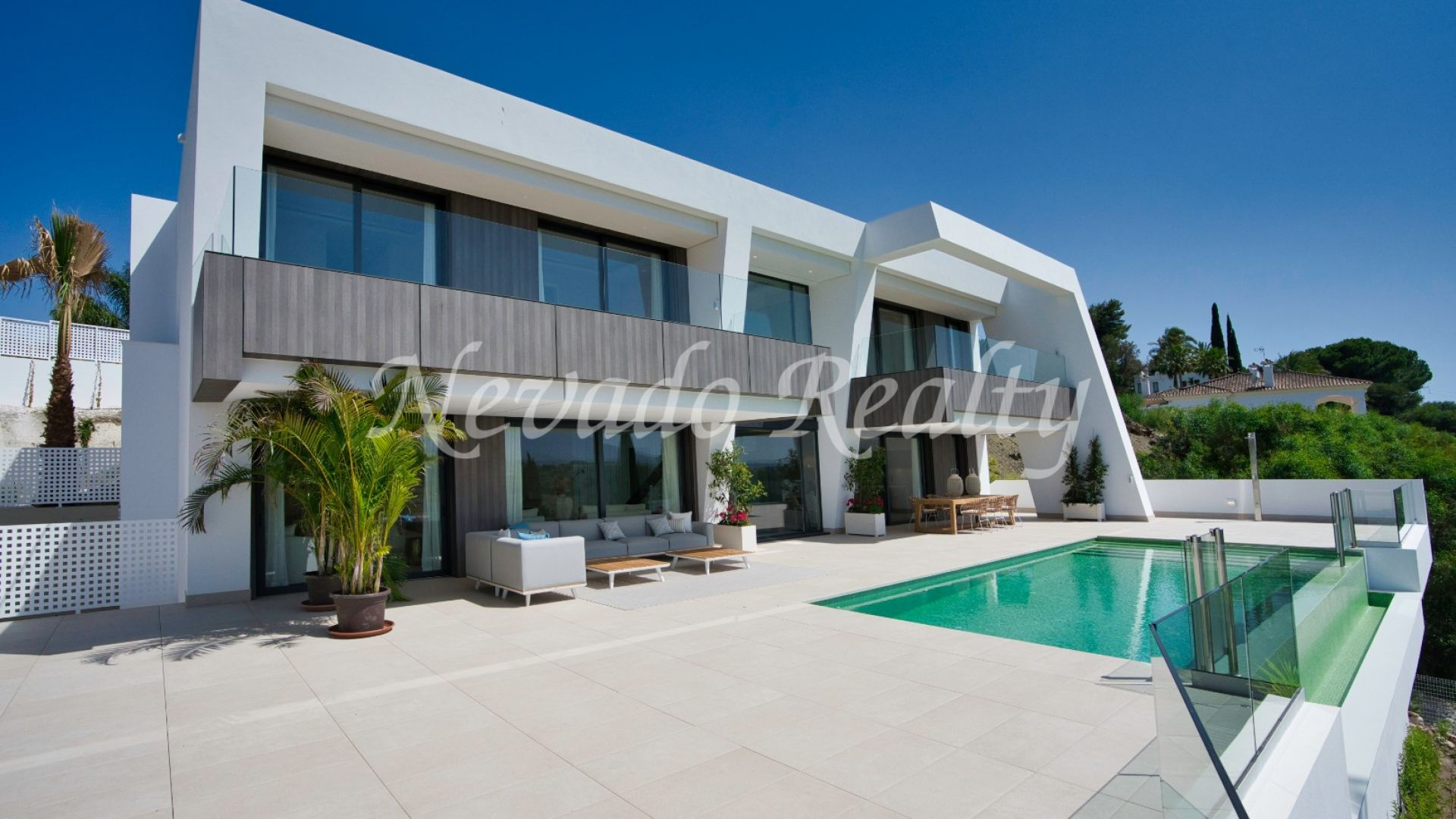 Brand new villa for sale overlooking the golf course in El Paraiso