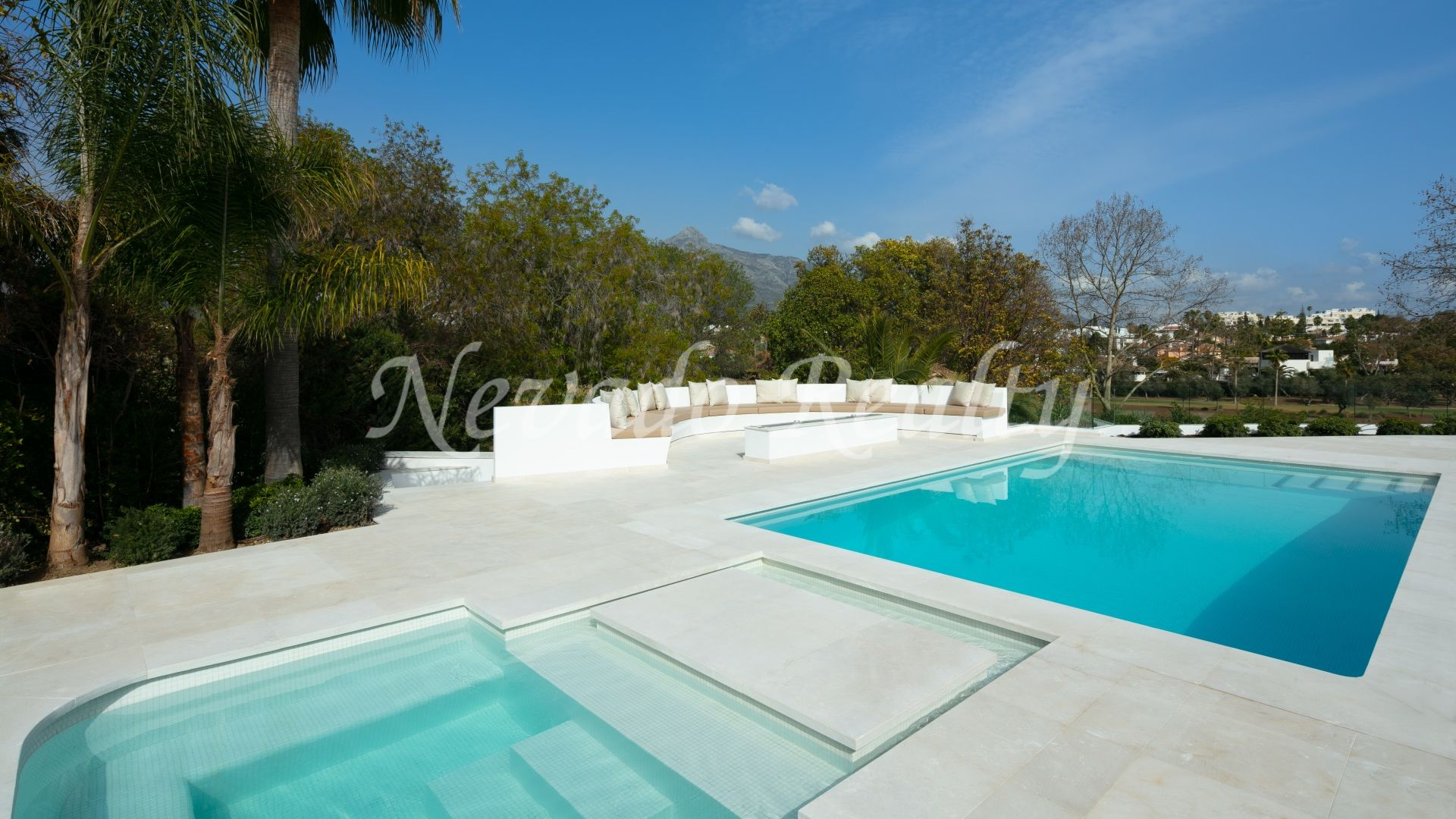 Villa for sale with perfect privacy on the front line golf in Las Brisas