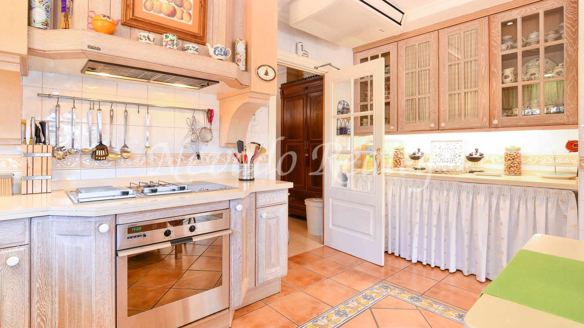 Impeccable family home with beautiful garden for sale in Huerta Belón