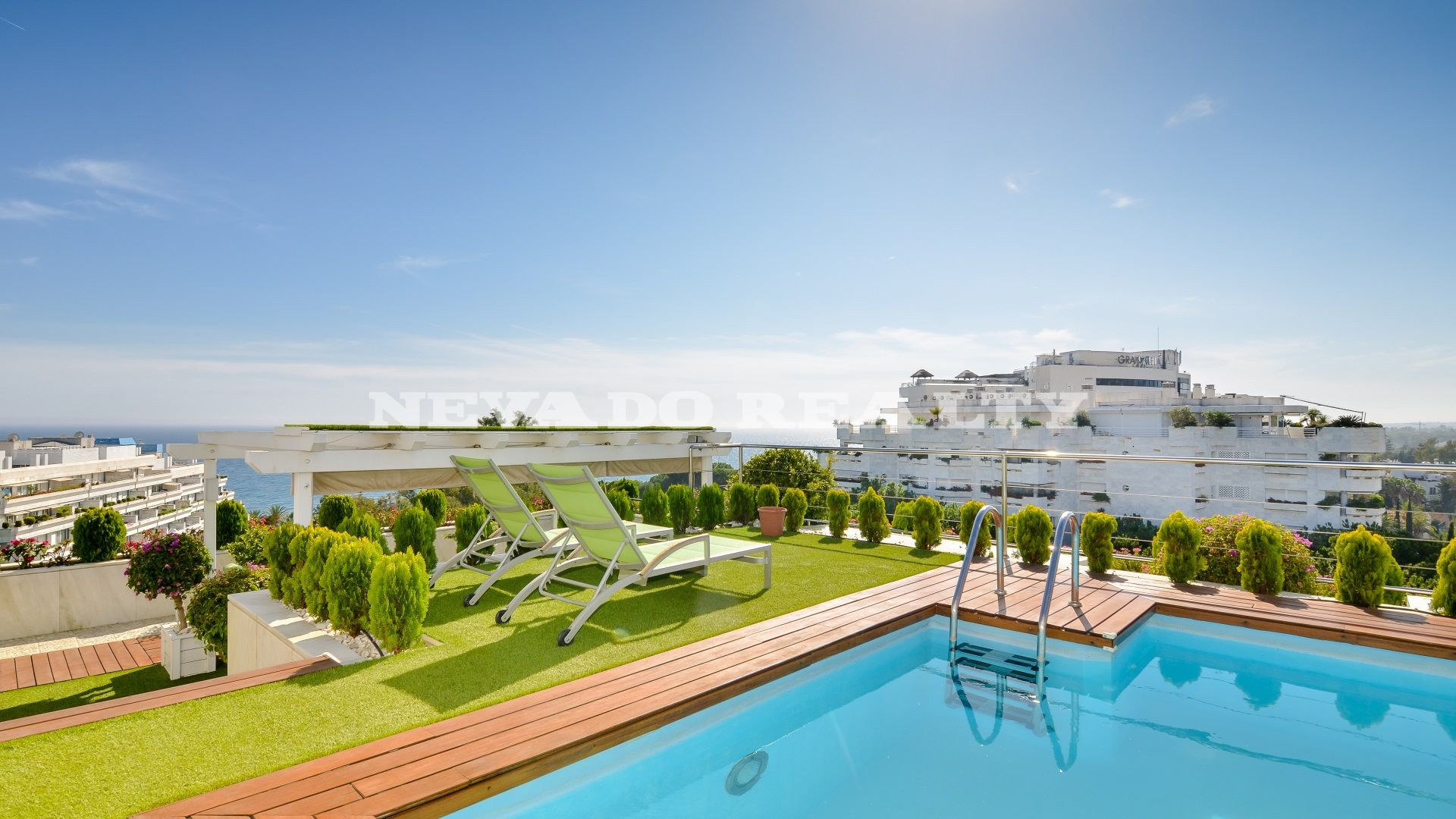 Unique corner penthouse in Don Gonzalo with breathtaking panoramic views and private pool