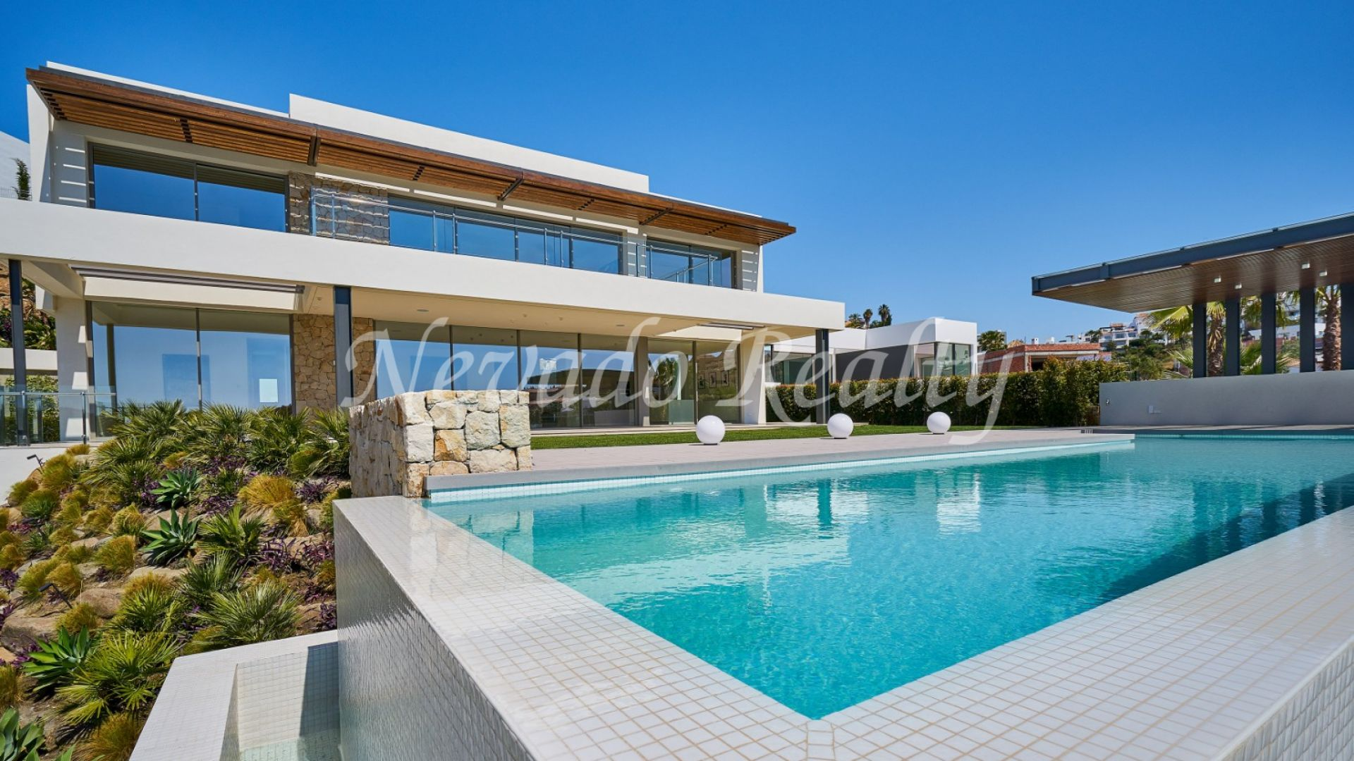 Contemporary villa for sale next to the golf in Benahavís