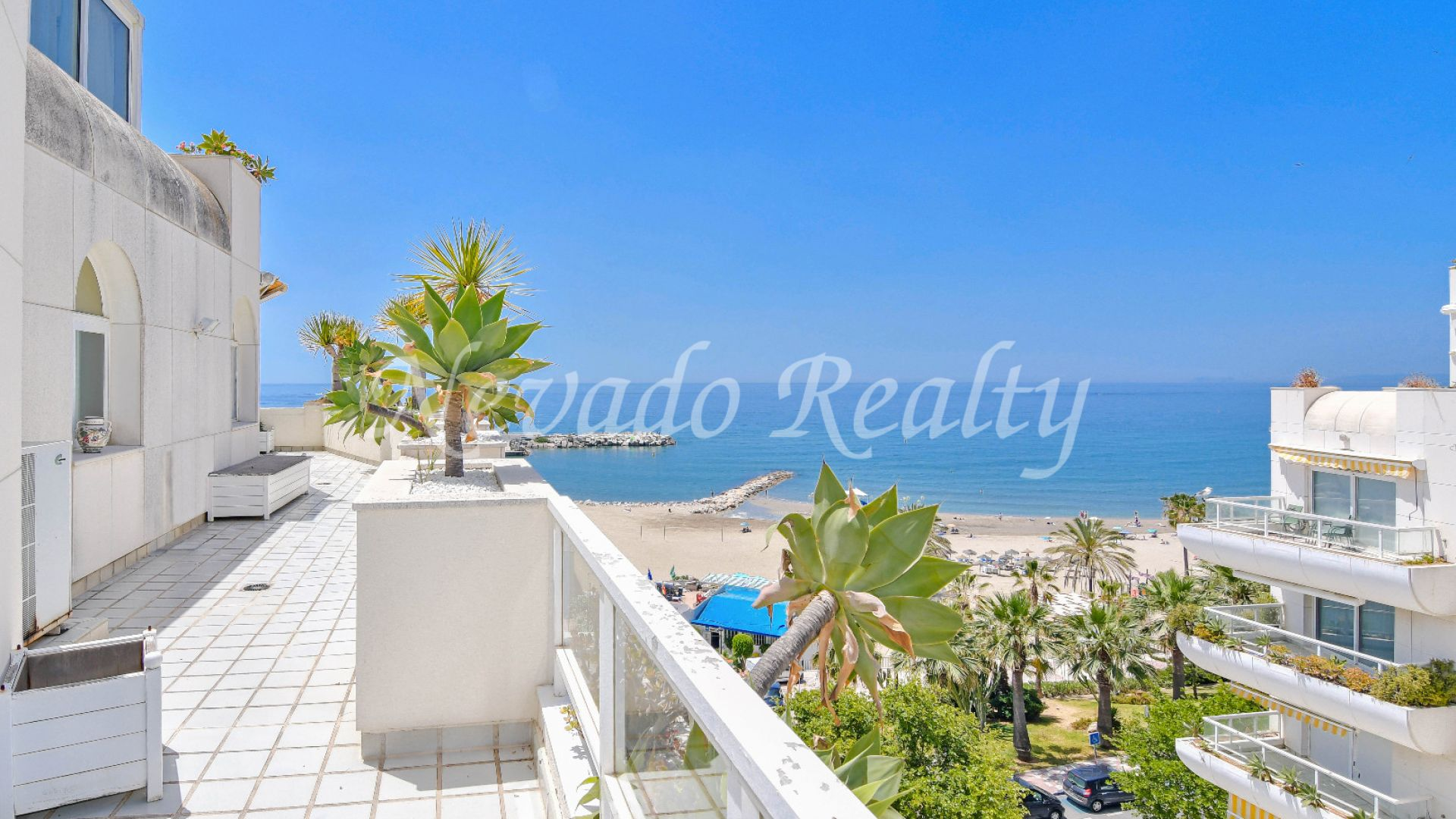Magnificent penthouse with a large terrace on the beachfront in Marbella