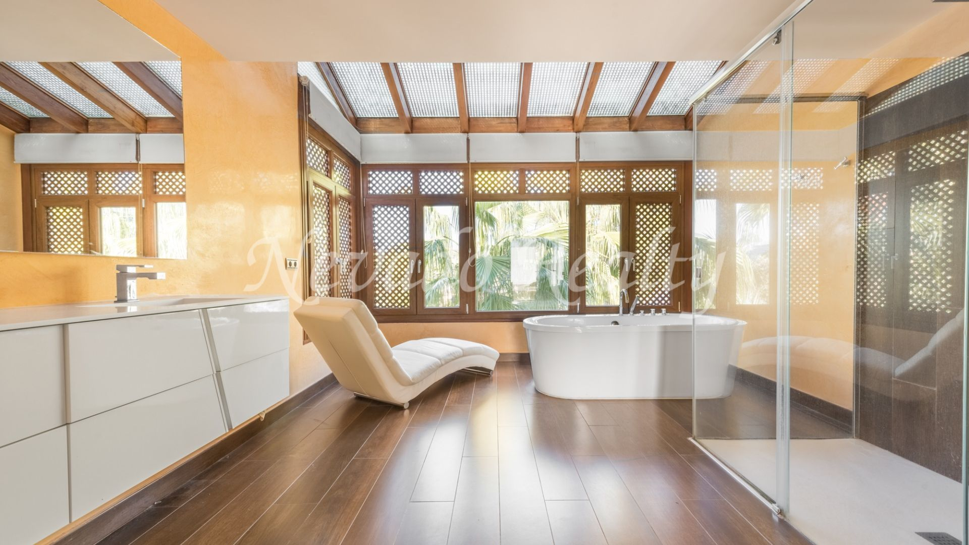 Spacious penthouse with private pool for sale in Puente Romano