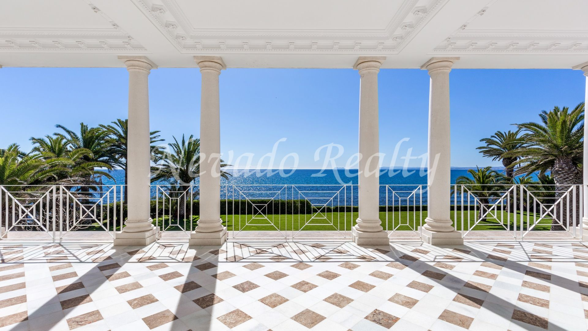 Stunning luxury frontline mansion with panoramic views to the coast and the sea
