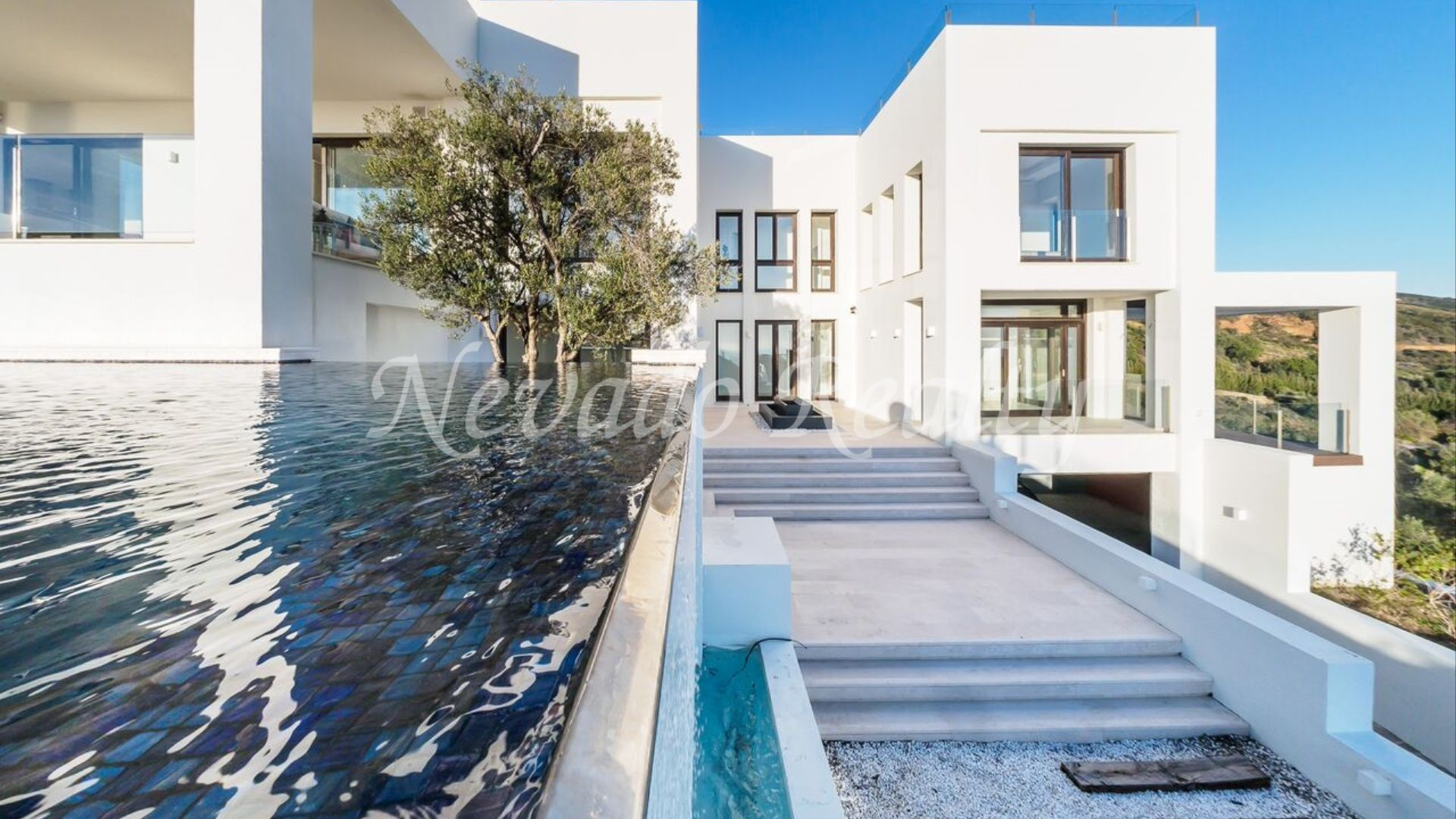 Breathtaking views, newly built villa in Altos de los Monteros
