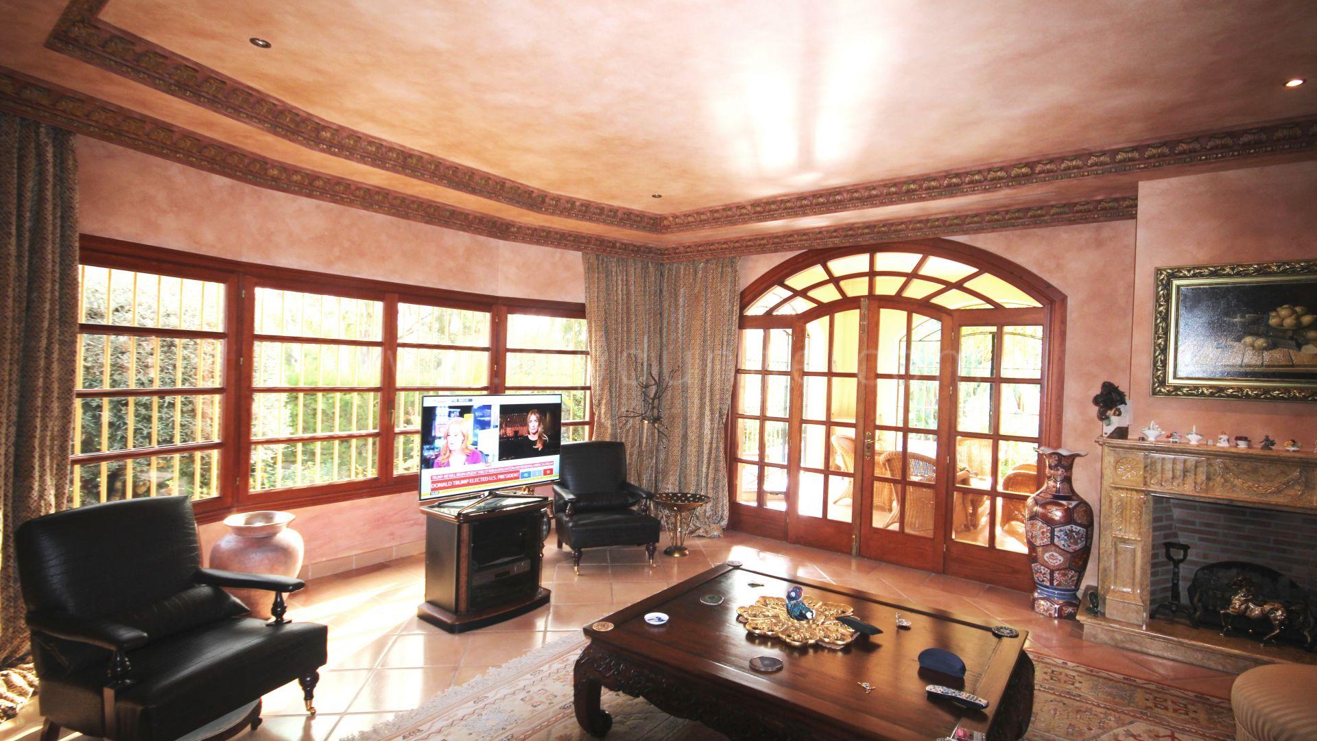 El herrojo benahav s elegante villa de estilo cl sico for El estilo clasico