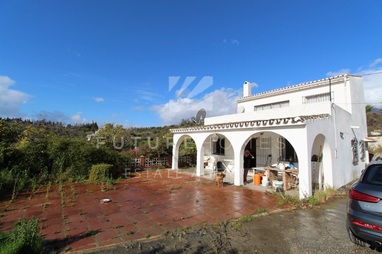Lovely country property only 1.3km to Estepona town centre. Priced to sell.
