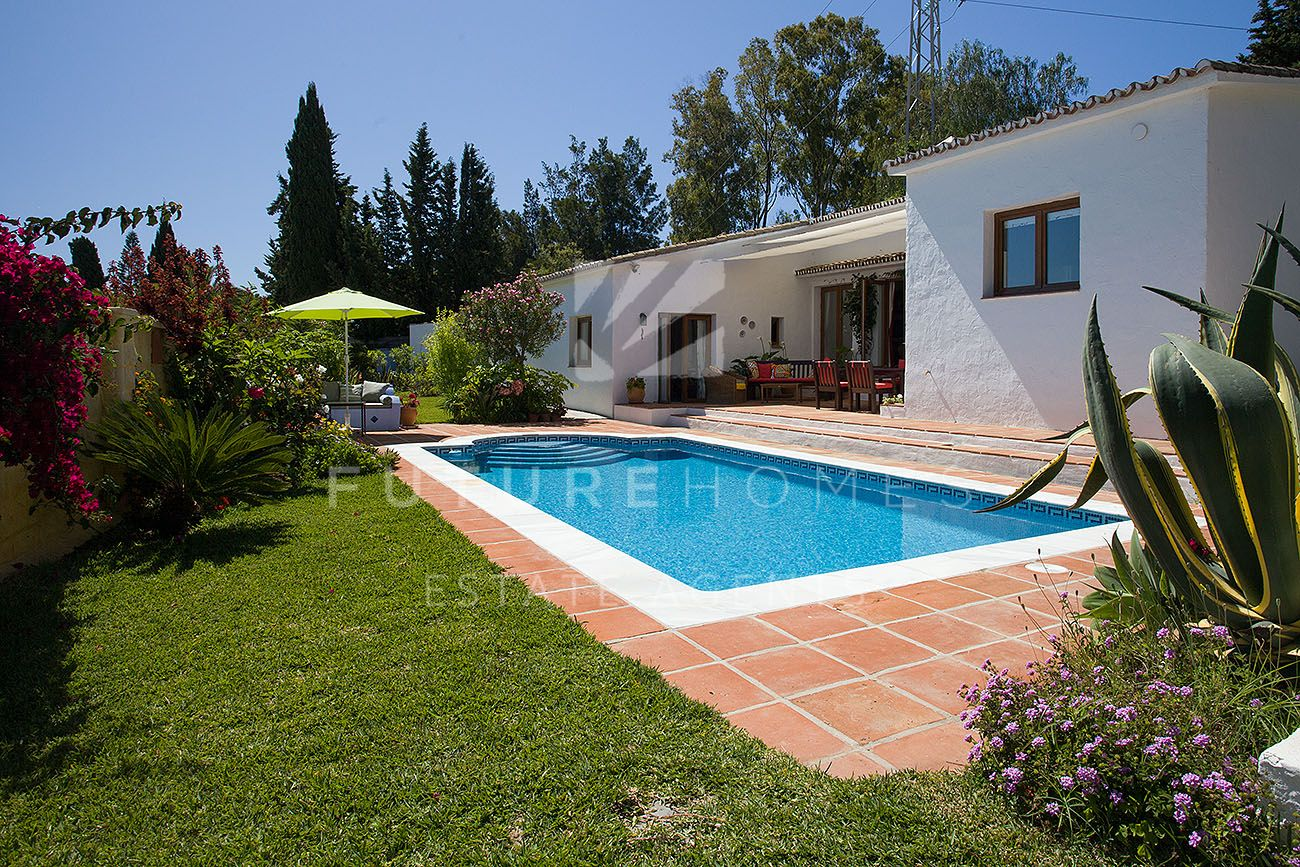 Private villa with swimming pool and large plot just 1km away from Estepona town