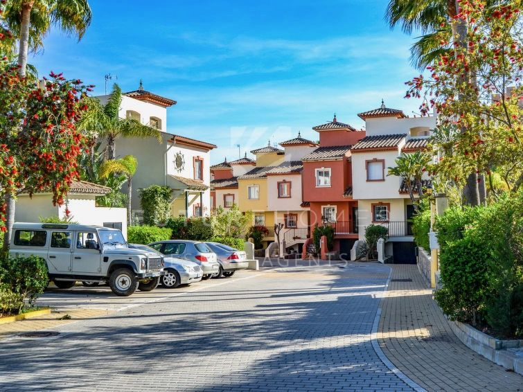 Opportunity!!! Fantastic townhouse to reform in a first line beach community 5 minutes drive from Estepona centre!