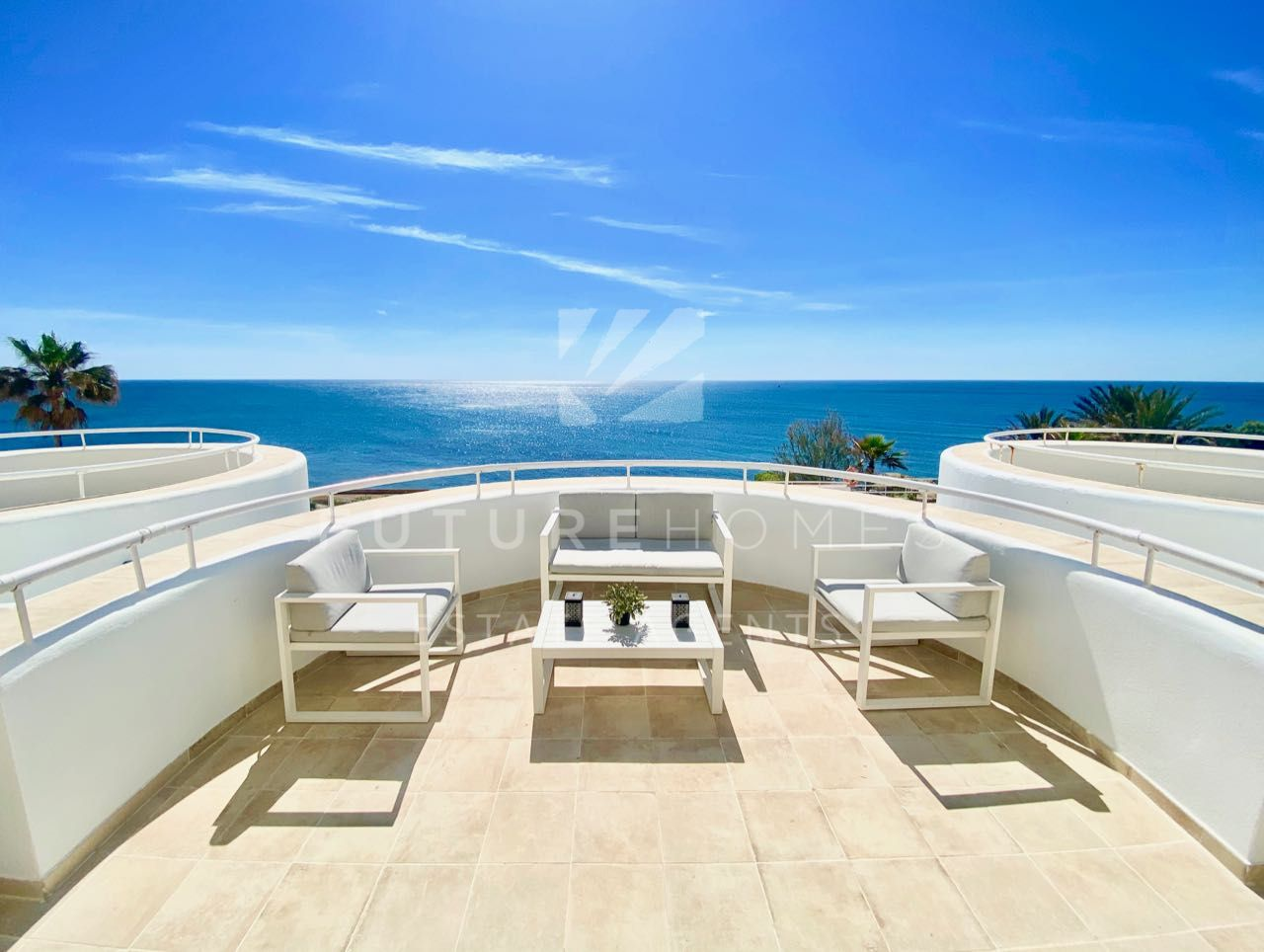 Immaculate apartment on the frontline beach community of Sinfonia del Mar, Estepona