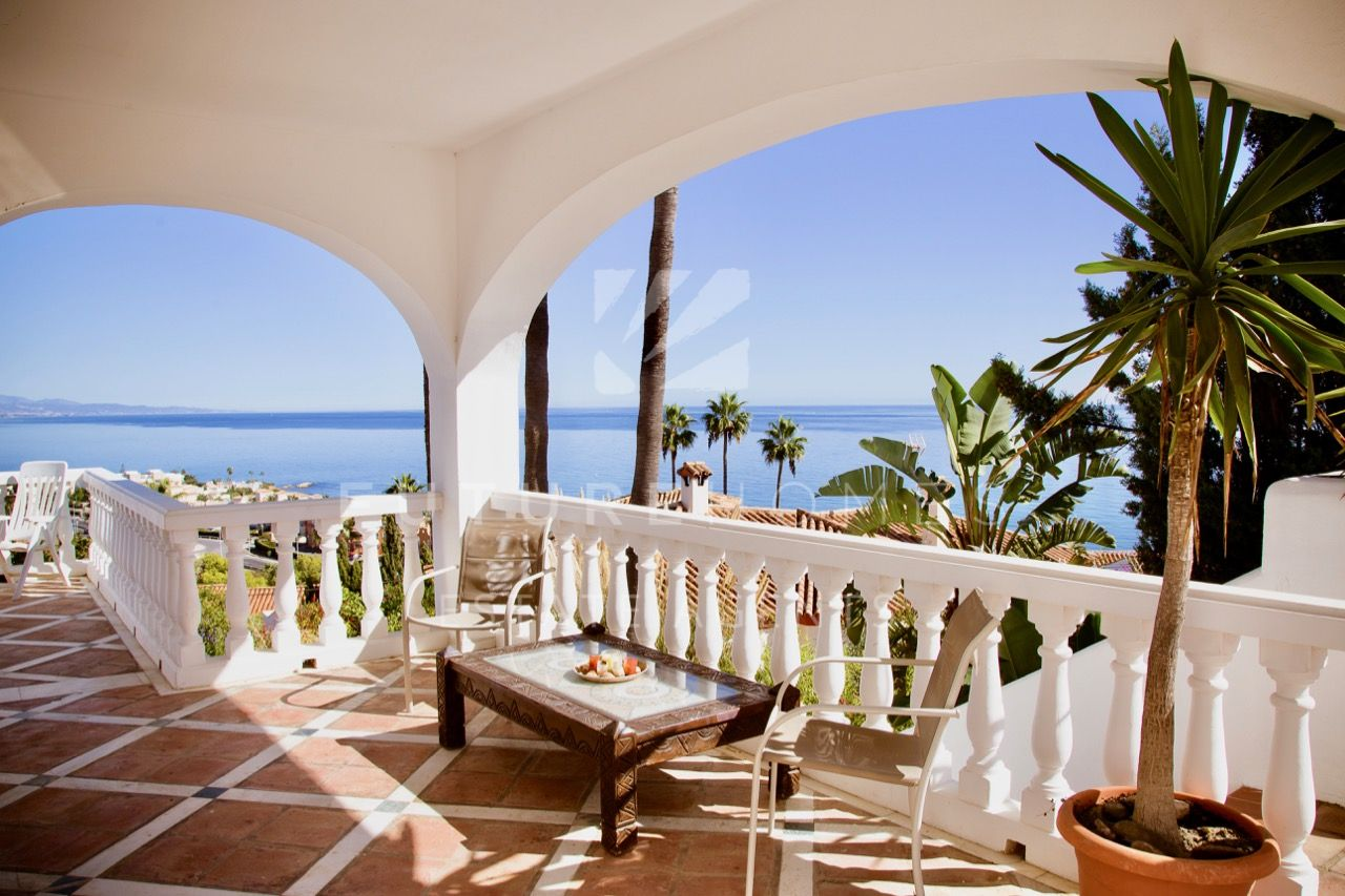 Private villa with spectacular sea views in Estepona!