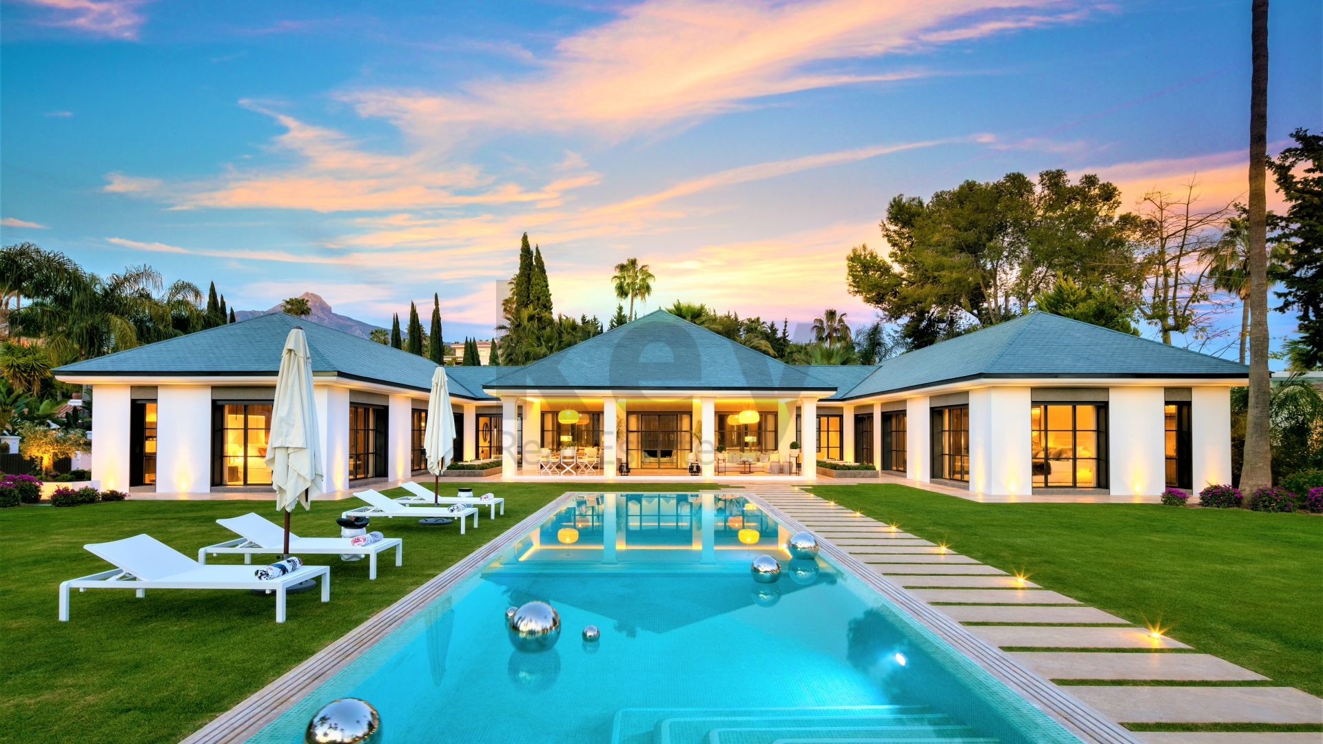 Amazing and modern luxury villa for sale situated in frontline golf in Nueva Andalucia close to Puerto Banus