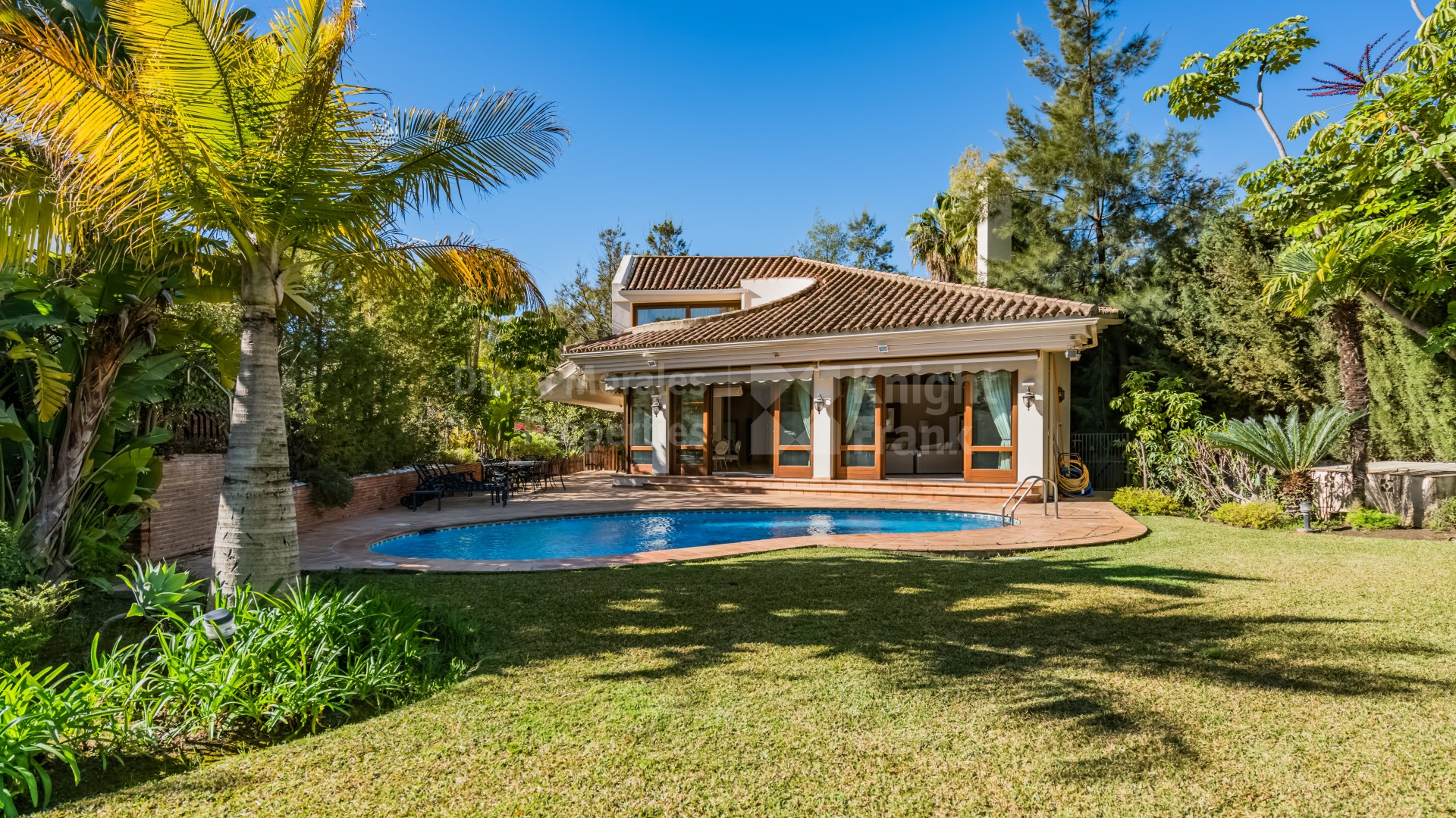 El Herrojo, Four-bedroom villa in enclosed estate