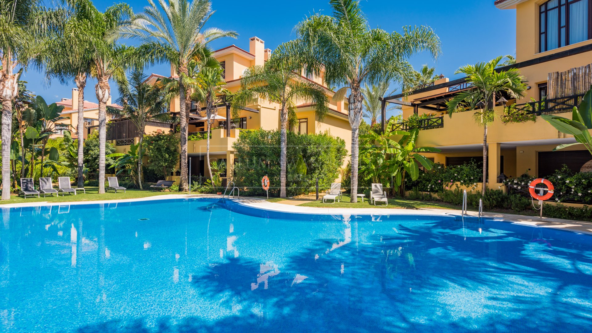 Stunning 2 bedroom luxury apartment in Bahia de Banus only a short walk from the Beach