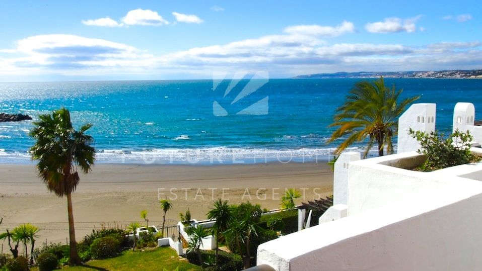 Absolute frontline apartment overlooking el Cristo beach in Bermeja Beach, Estepona