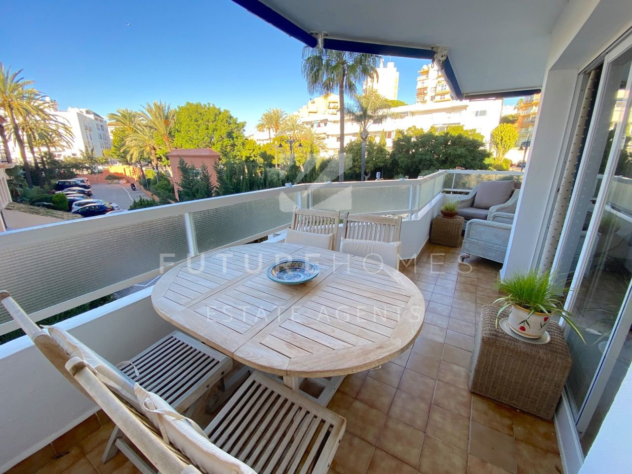 Spacious and bright apartment located in the heart of ESTEPONA PORT