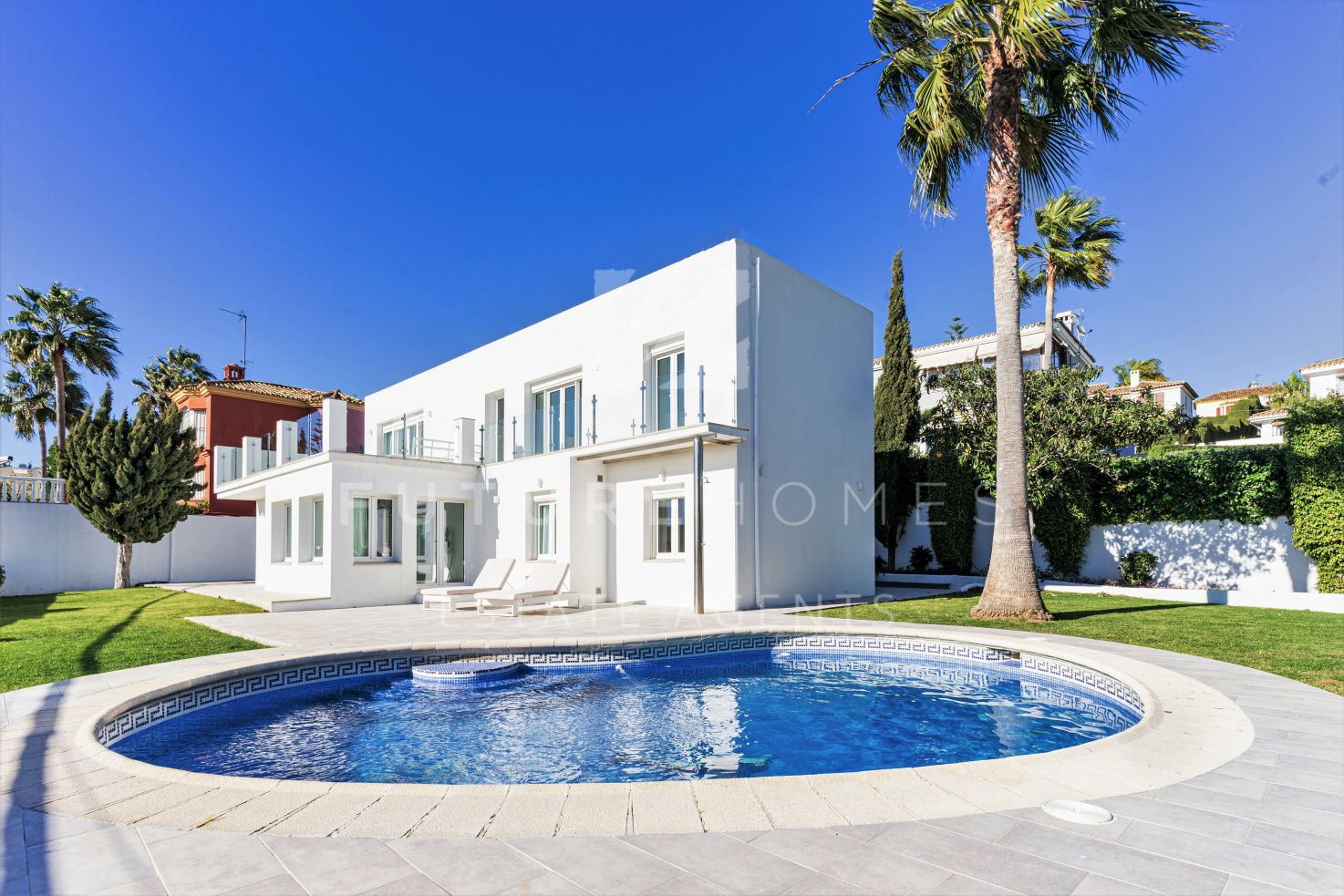 Detached villa with sea views in the popular urbanisation of Seghers next to Estepona port