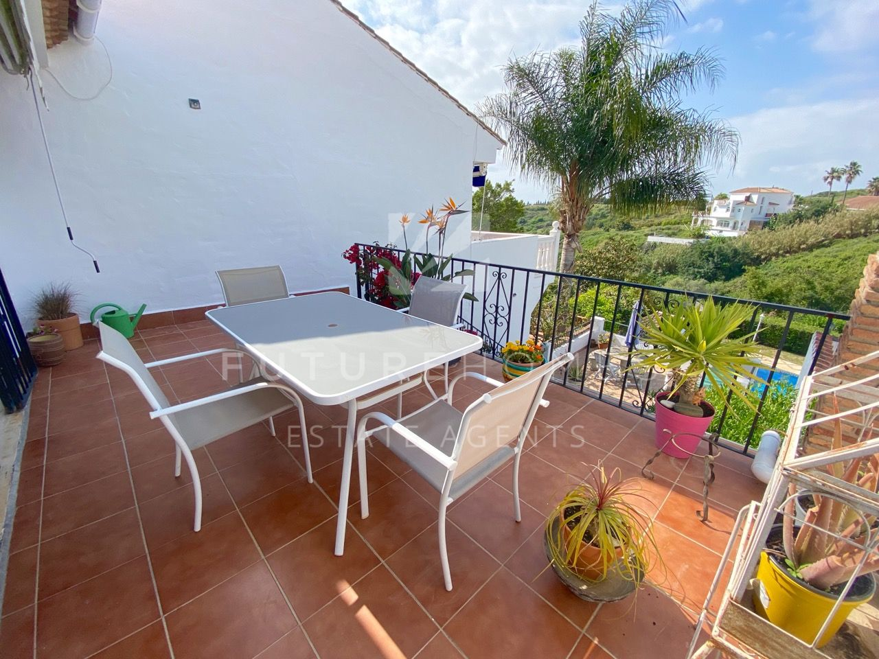 Well priced townhouse in quiet location yet only minutes from Estepona town centre