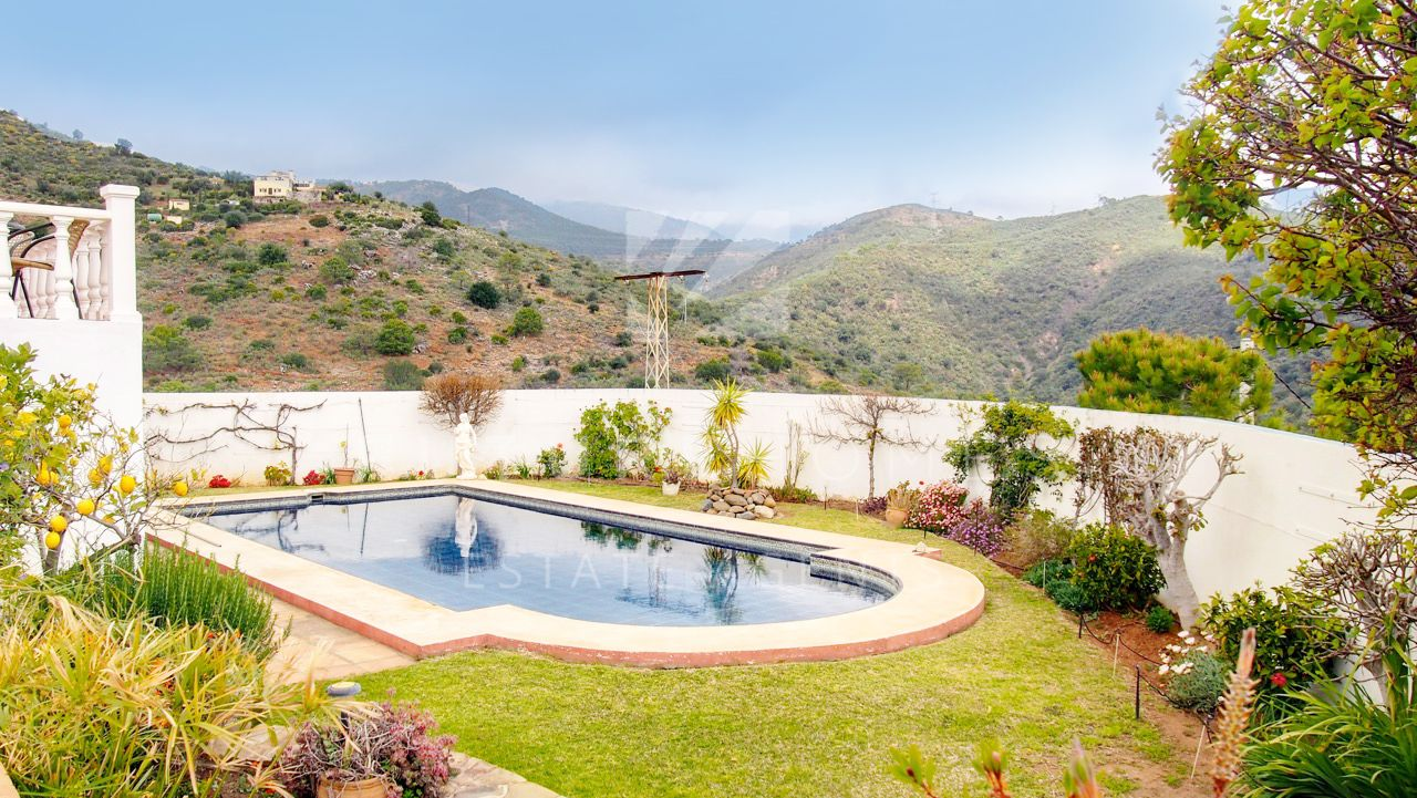 Detached villa for sale in Los Reales Estepona