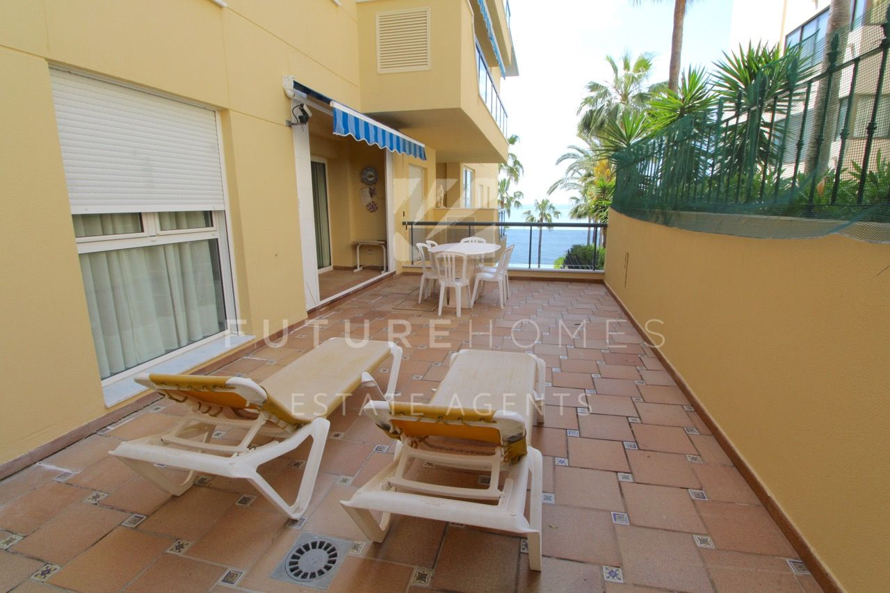 Beachside apartment for sale in El Coral, Estepona