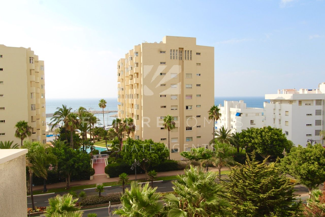 Great opportunity! Spacious apartment in the best location, next to Estepona port!