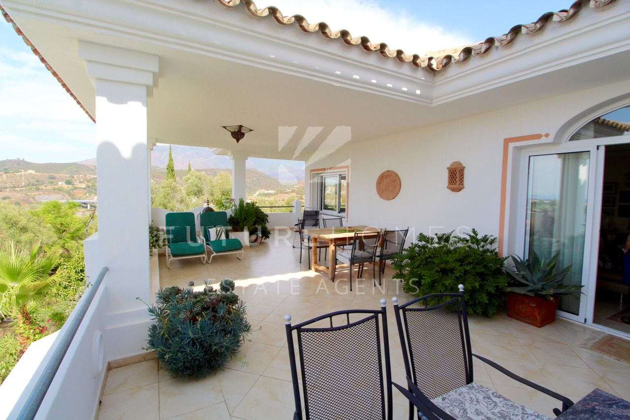 Spacious modern villa with independent apartment in Puerto Romano, Estepona